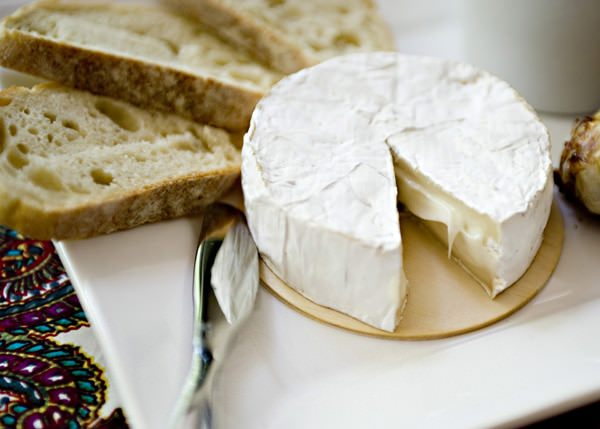 brie, roasted garlic, and tomato chutney appetizer