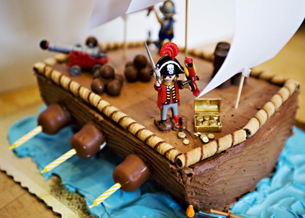 Easy to Make Pirate Cakes http://bakedbree.com/pirate-ship-cake