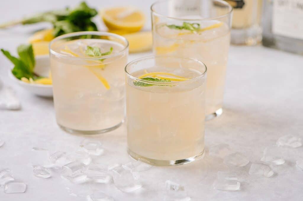 elderflower smash in glasses with mint and lemon